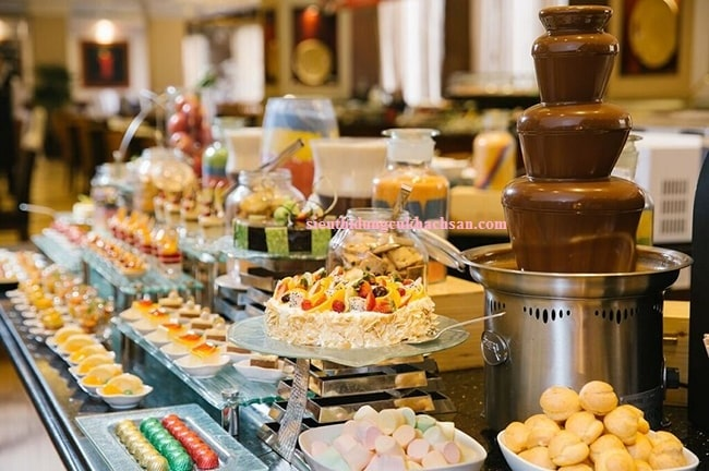 Tháp phun chocolate dùng trong tiệc buffet