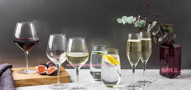 Ly thủy tinh uống rượu vang